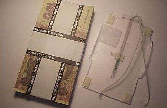 Для чего рядом с кассиром в банке лежит эта пачка денег  (3 фото)