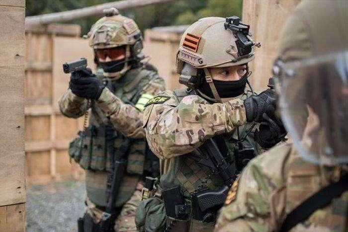 Японские страйкболисты в образе спецназа ФСБ России (9 фото)