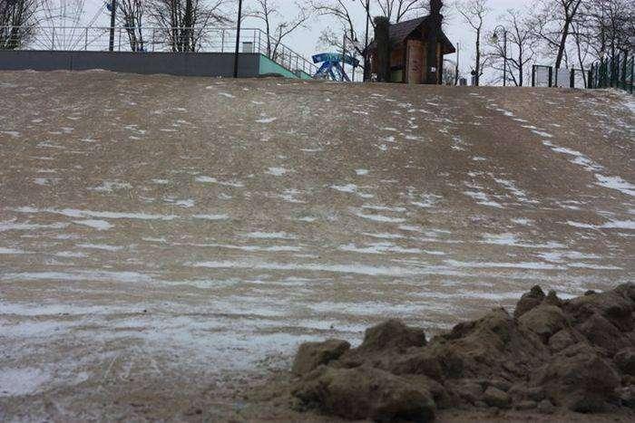 В калининградском парке засыпали бесплатную снежную горку (6 фото)