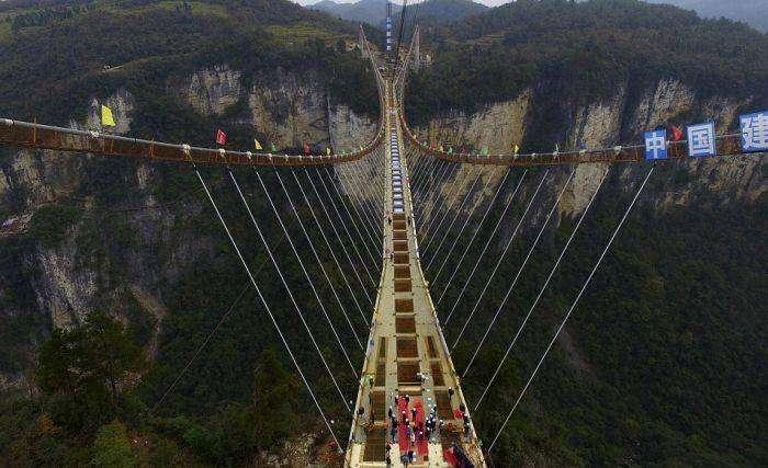 В Завершающий этап, самого длинного стеклянного моста (6 фото)