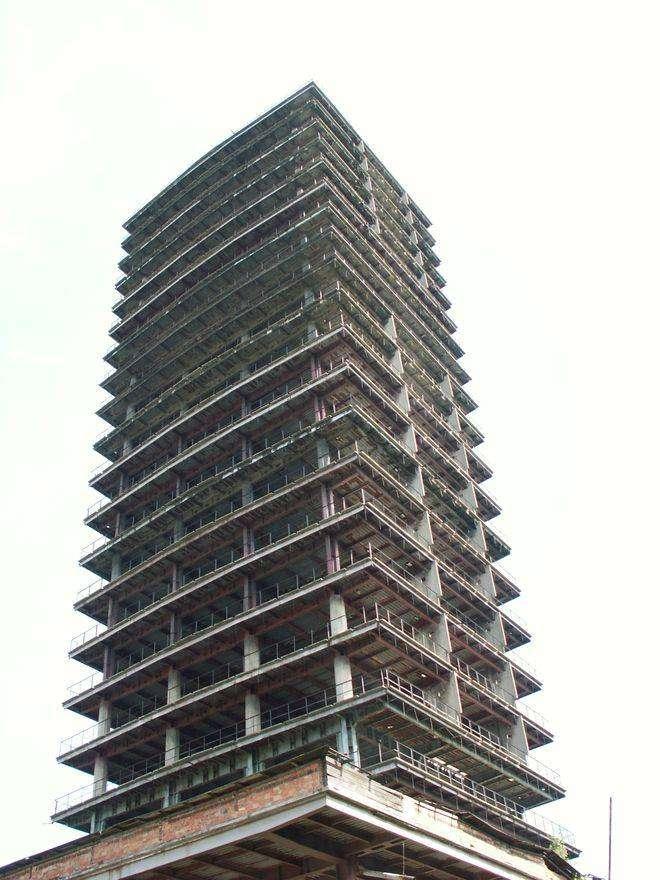 Заброшенные небоскребы и башни мира (12 фото)