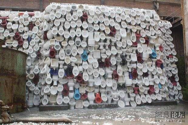 Скульптура из сантехники (15 фото)