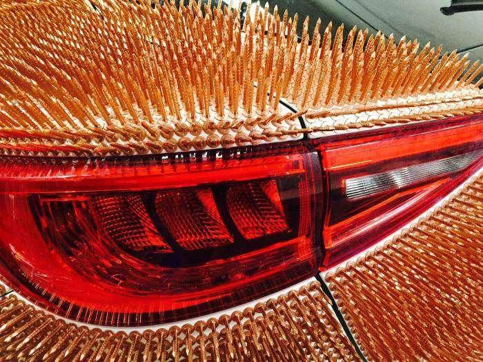 Тысячи медных гвоздей на кузове Infiniti (9 фото)