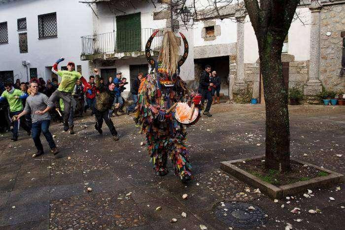 Фестиваль Jarramplas: дьяволы и репы (18 фото)