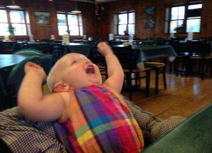 Малыш первый раз в жизни попробовал карамельный пудинг (5 фото)