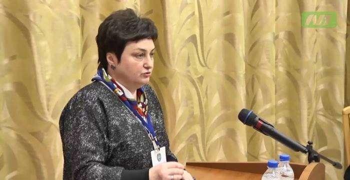 Директор департамента Любовь Ковешникова играет в «Косынку» (3 фото)