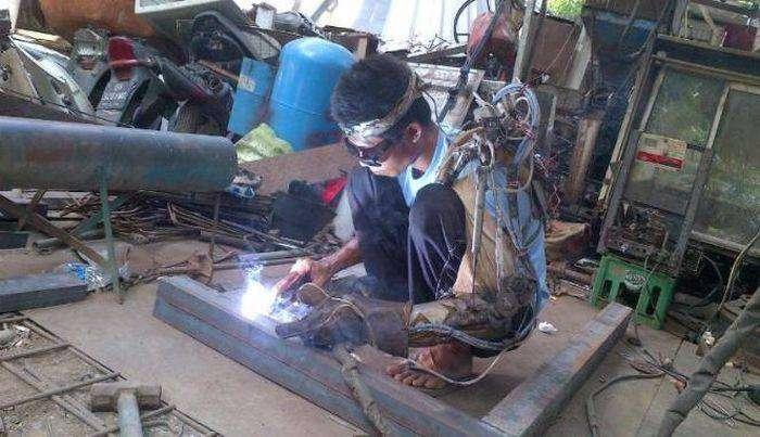 Индонезиец заявил о создании собственной бионической руки (4 фото)