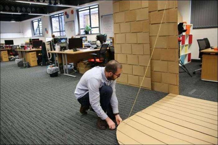 Парни построили картонный замок в своем офисе (15 фото)