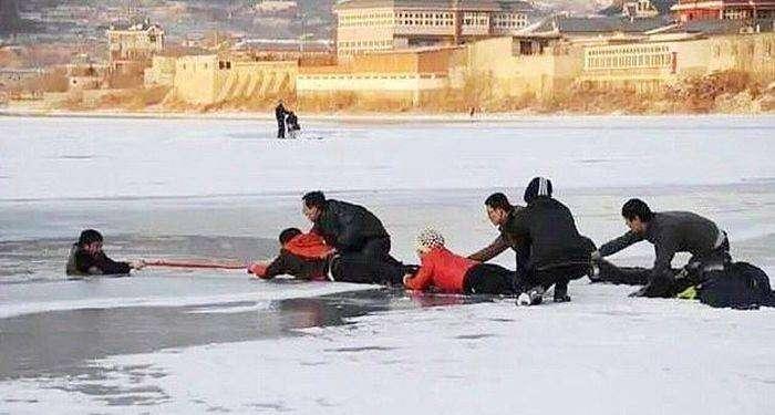 Как обычный шарф спас жизнь тонущему китайцу (4 фото)