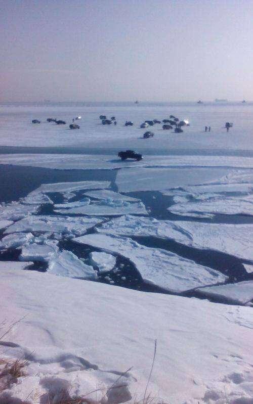В Хабаровском крае отколовшаяся льдина унесла в море 40 человек (3 фото)