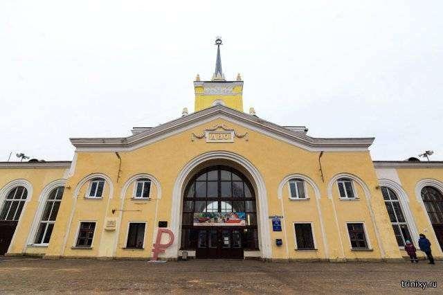 На железнодорожной станции установили знак российского рубля (5 фото)