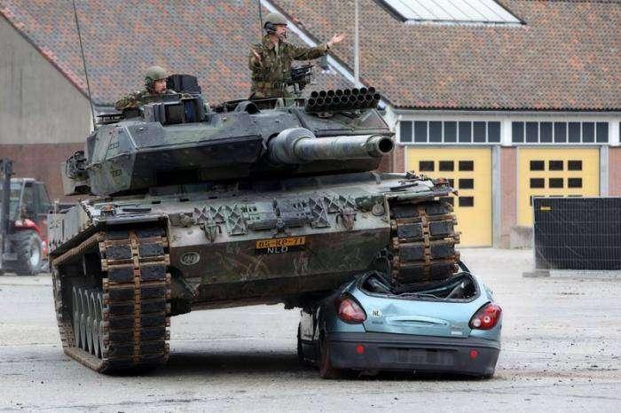 Машину переехал танк (7 фото)