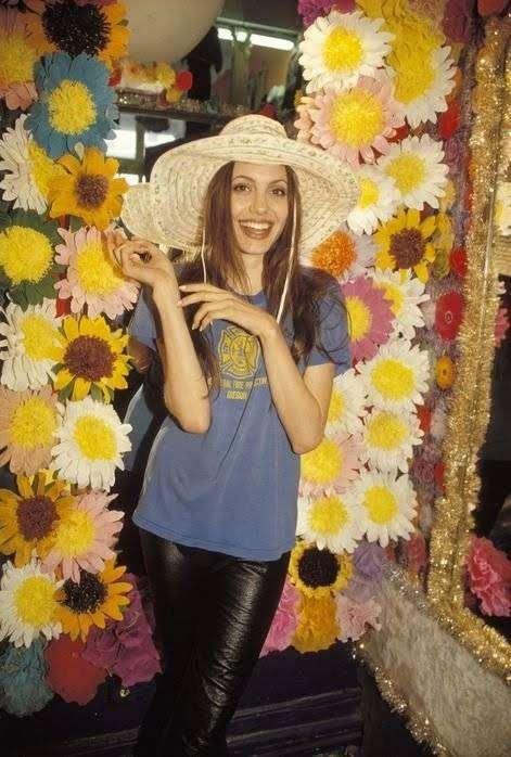 Молодая Анджелина Джоли (15 фото)