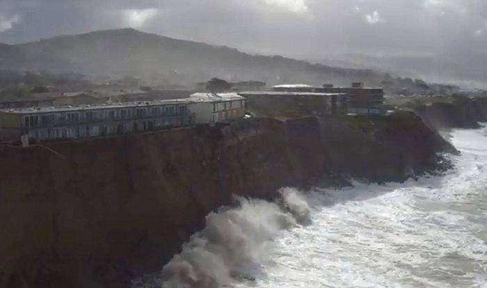 Серьезный минус дома на берегу океана (13 фото)