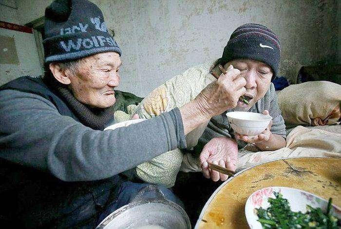 Китаец 46 лет заботится о своём парализованном сыне (6 фото)