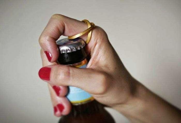 Стильный аксессуар, который поможет запросто открыть бутылку.