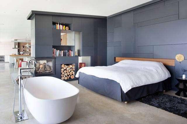 Черно-белые цвета в оформлении спальни подчеркнут сочетание классики с современным промышленным стилем.
