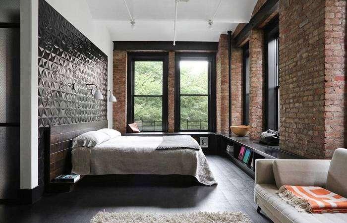 Отличное оформление стен в спальни при помощи кирпичной кладки, по-особенному передает атмосферу комнаты.