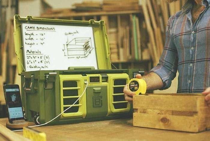 Ящик для инструментов, оснащенный несколькими USB портами, часами и доской для записей.