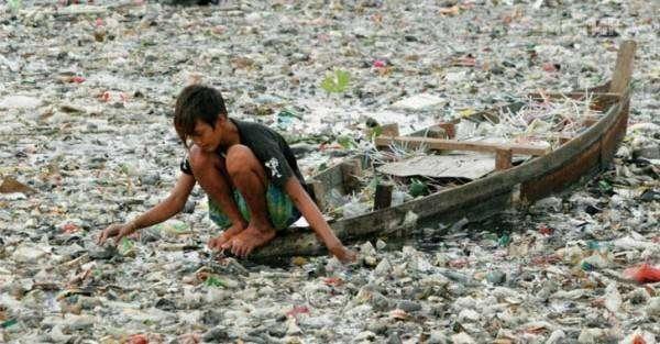Пластиковый мусор в полосе прибоя