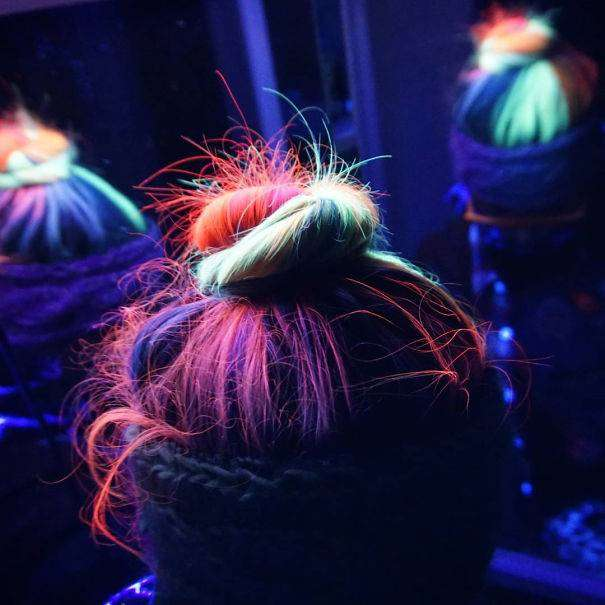 Самые отчаянные модницы активно экспериментируют с новой краской, светящейся в темноте, и выкладывают фотографии в интернет.