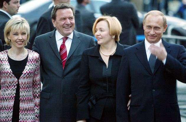 Владимир иЛюдмила Путины навстрече сбывшим канцлером Германии Герхардом Шредером иего женой Дорис Шрёдер-Кёпф в2004 году