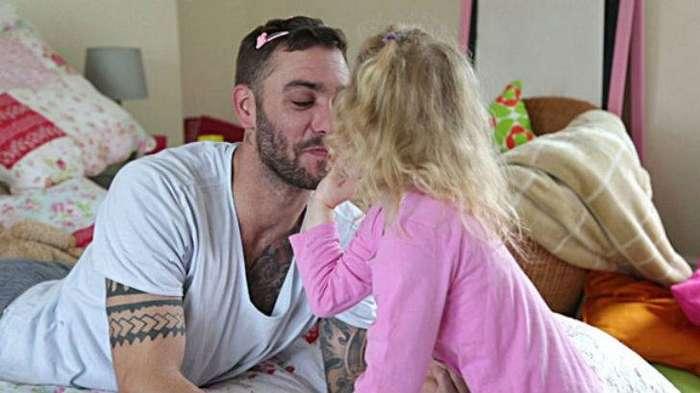 найти фото как отец сует дочке