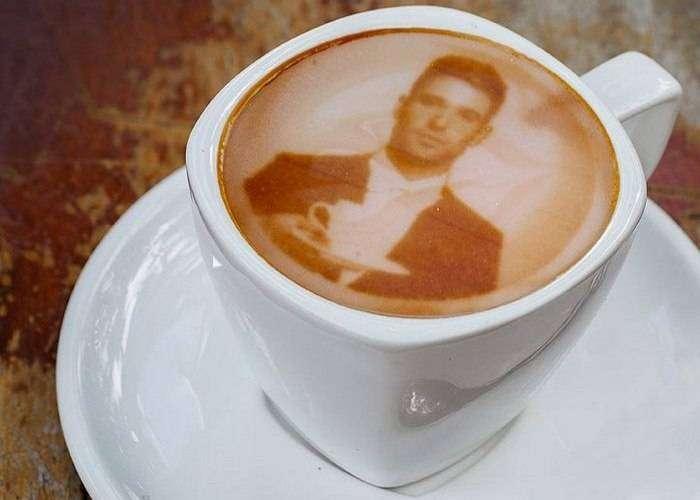 Кофейный аппарат варит кофе и делает его красивым.