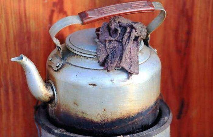В чай добавляется молоко, соль и масло яков.