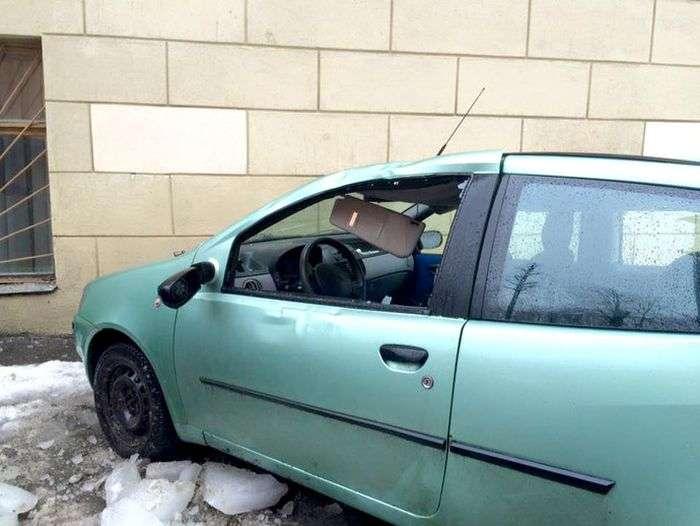 Упавшие с крыши дома ледяные глыбы повредили BMW X5 и Fiat Punto (5 фото)