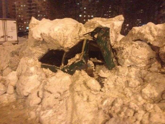 Снегоуборочная машина раздавила автомобиль (4 фото)