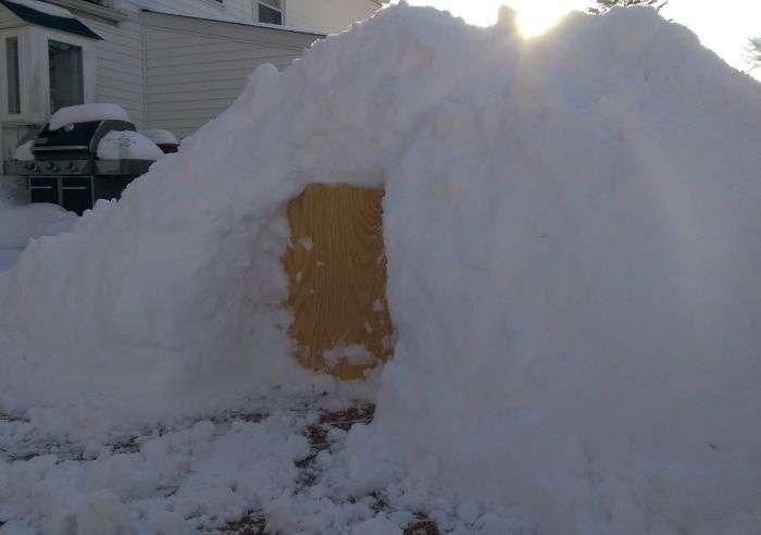 Уютный снежный домик на заднем дворе (13 фото)