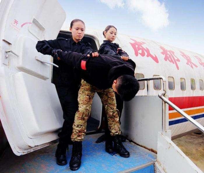 Суровые тренировки китайских стюардесс (15 фото)