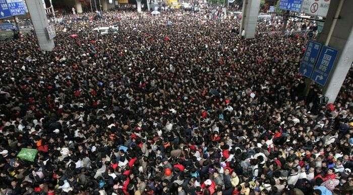 На железнодорожной станции скопилось более 100 000 пассажиров (9 фото)