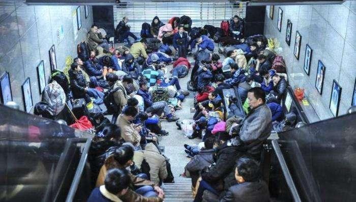 Каждый китаец очень хочет встречать Новый Год дома (9 фото)