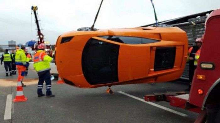Водитель автовоза опрокинул 9 дорогих спорткаров (9 фото)