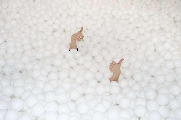 В Лондоне открылся бассейн с пластиковыми шариками (4 фото)