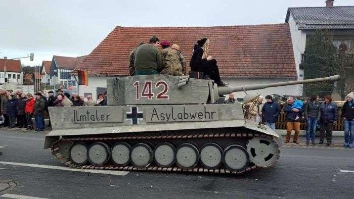 Танк на карнавале в Баварии стал причиной громкого скандала (2 фото)