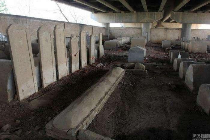 Кладбище под мостом в Китае (8 фото)