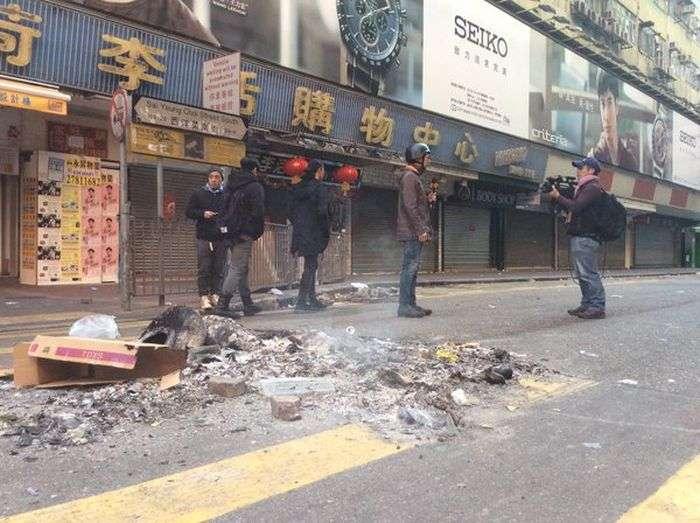 Массовые беспорядки на улицах Гонконга (12 фото)