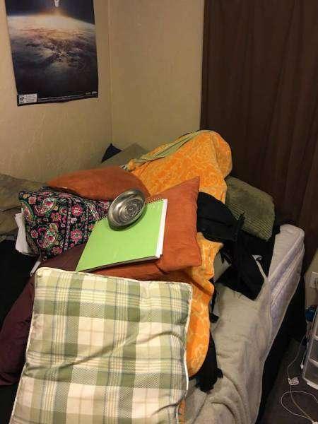 Крепкий сон девушки сподвиг парня на забавную фотосессию (31 фото)