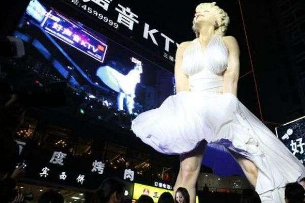 Мерилин Монро в неприличной позе на китайской свалке (7 фото)