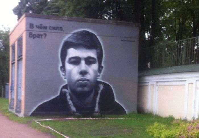 Вандалы испортили творение уличных художников (2 фото)