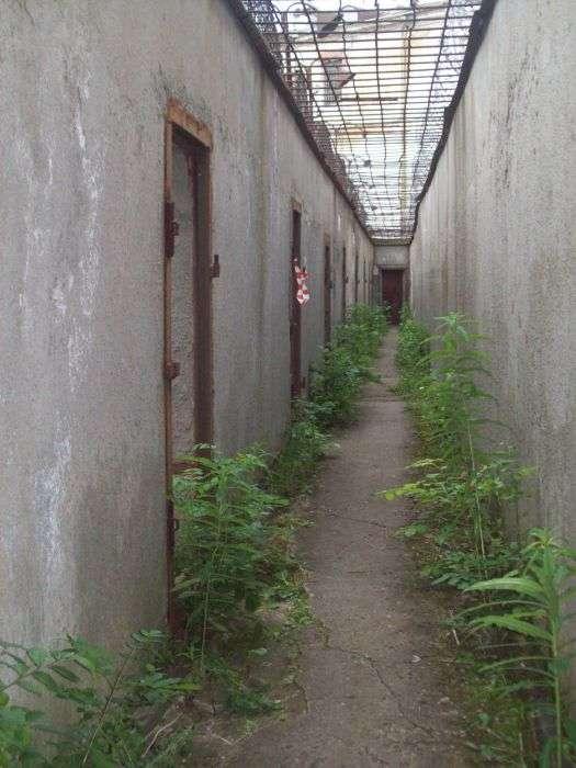 Заброшенная тюрьма в Эстонии (28 фото)