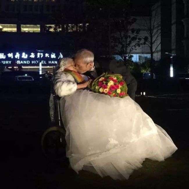 В Китае 84-летний мужчина написал признание своей супруге (2 фото)