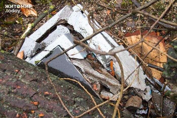 В Житомире коммунальщики разрушили десятки надгробий (10 фото)