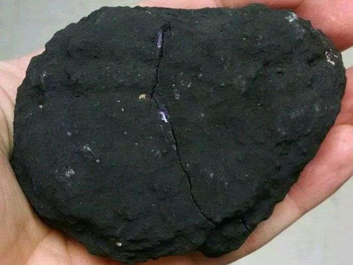 Неказистый с виду камень оказался невероятно красивым (2 фото)