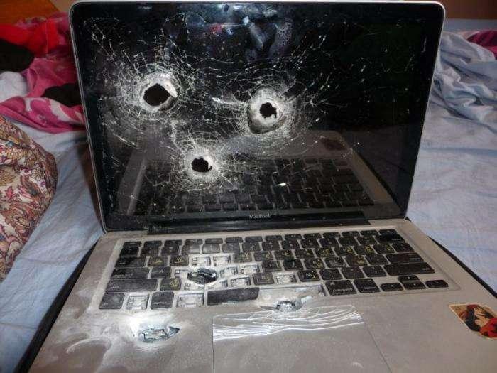 Расстреляли ноутбук (3 фото)