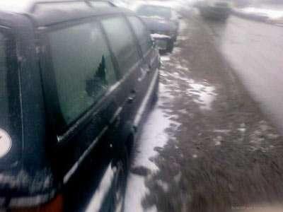 В Минске посыпали дороги и машины (3 фото)