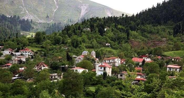 Ропото - греческое селение, «сползающее» по горе (9 фото)